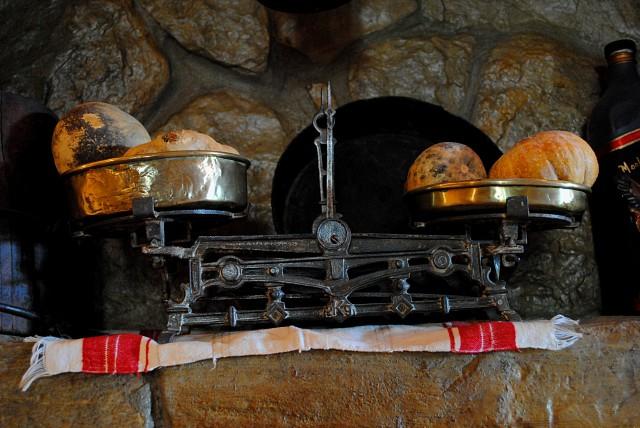 Мера взвешенности во всём — один из осознанных и подсознательных символов, выраженный практически в любом доме черногорцев...