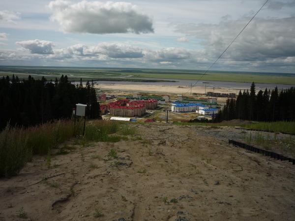 ХМ строится. Вид с вершины искусственного склона для сноуборда на новые микрорайоны и бескрайнюю пойму за Иртышом