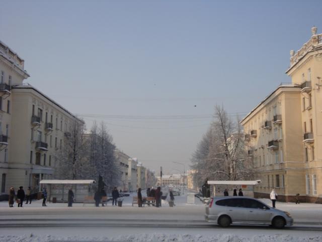 Если пройти по этой улице до конца, то окажитесь у станции городской электрички Соцгород