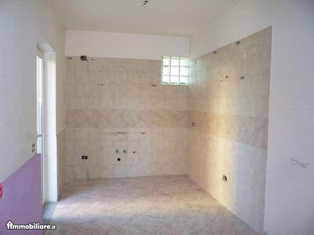 Вот в таком состоянии — голые стены — сдаётся большинство квартир. Та, что на фото, стоит 280 евро в месяц (площадь 45 квадратов, 2 комнаты, отопления нет, на фото — кухня) + плата за электричество (около 30 евро/мес, зависит от сезона) + плата за баллонный газ (около 10-15 евро в месяц, зависит от частоты использования газовой плиты)