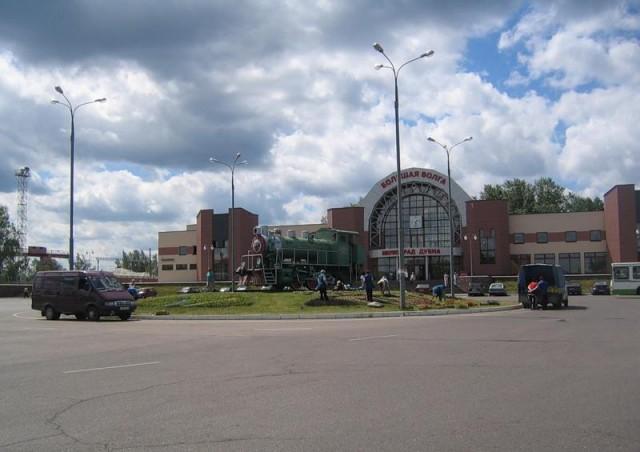 Памятник паровозу перед вокзалом. Около него вечерами катаются скейтеры