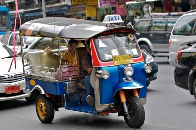 Классический местный транспорт – тук-тук