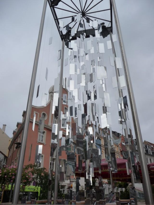 Стеклянная елка абстракционистов в Старом Городе
