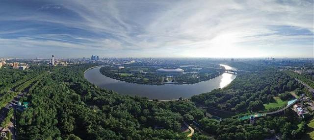 С Воробьевых Гор Хамовники выглядят как райский остров, парящий над Москвой-рекой