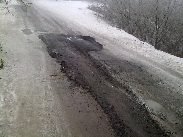 Зима 2013. В Волгограде асфальтируют ямы. Снег и лёд - не помеха