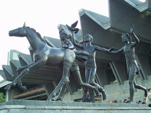 Памятник пионерам встречает у входа на станцию метро «Пионерская»