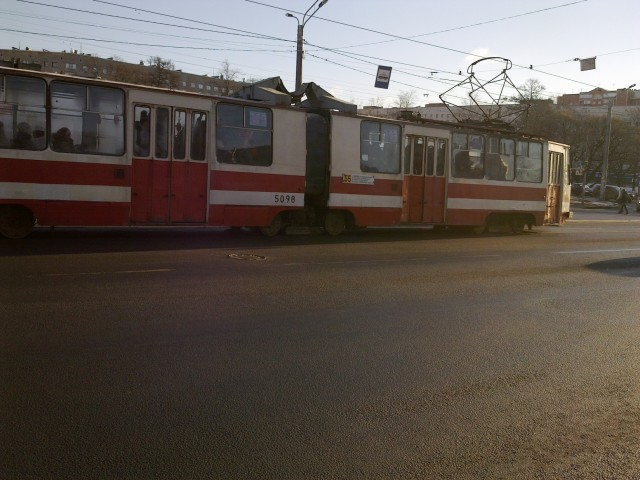Трамваи здесь смелые, высаживают прямо посреди дороги