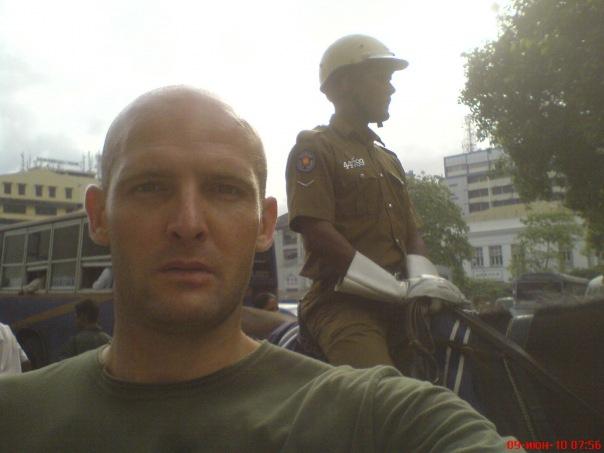 Я на фоне стража правопорядка