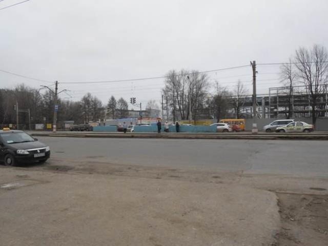 Ближнее Засвияжье, 8 утра, будний день. На заднем плане - строится новый супер-навороченный спортивный комплекс