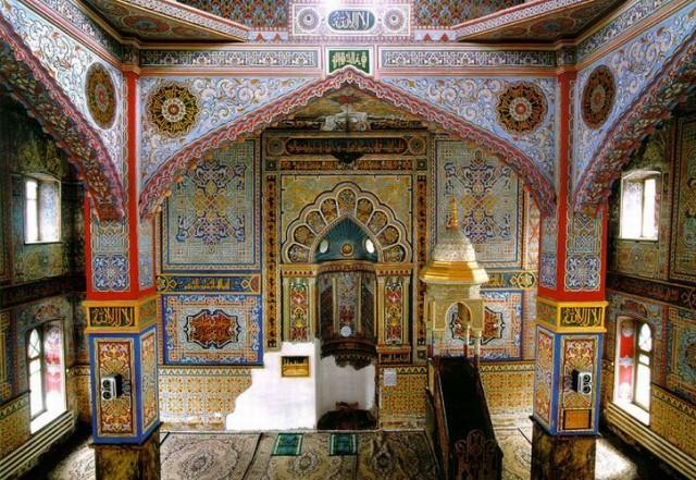 Внутреннее убранство мечети в Андийском посёлке