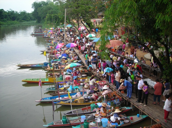 Лодочный рынок в Хат Яе. Здесь можно купить товар с лодки, а не с прилавка