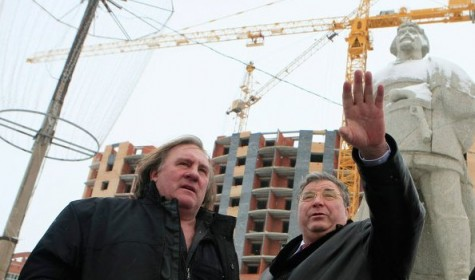 Депардье в Саранске. За ним  памятник Пугачеву