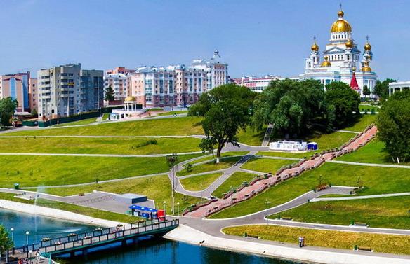 Центр города. Вид из парка на  храм Ушакова