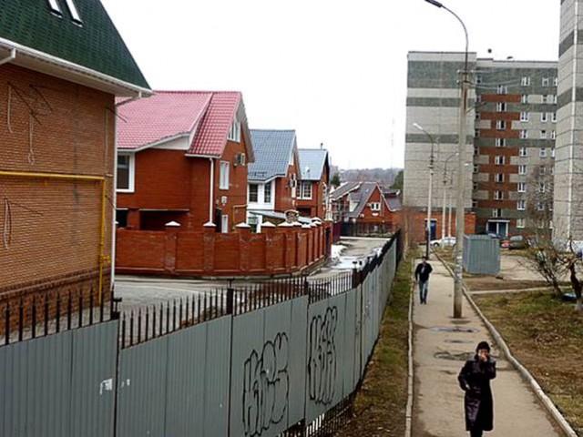 """Наглядный пример разных уровней обеспеченности людей. Поселок """"Талисман"""" в самом центре города, огорожен от первомайского района забором. Справа дома требующие капитального ремонта, слева дома – от 5 000 000 рублей"""