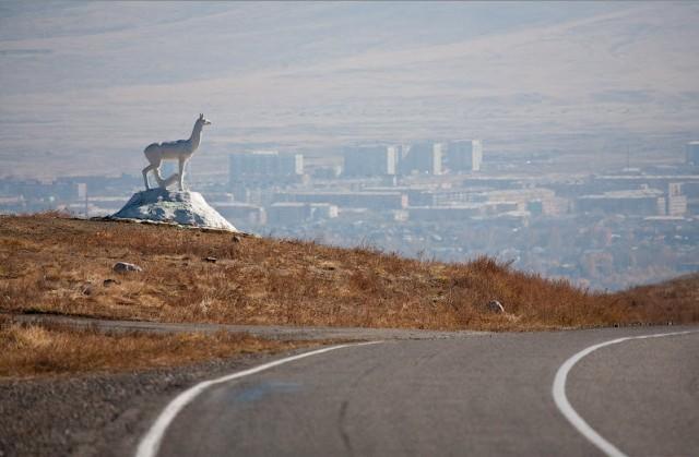 Символ Кызыла, стоящий на въезде в город с севера по федеральной автотрассе М54 «Енисей»