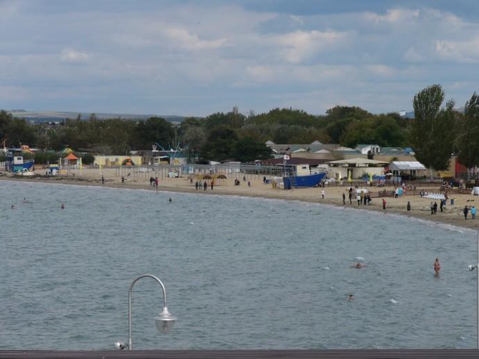 Пляж - несмотря на +15, пасмурно и ледяной ветер отдыхающие пытаются купаться. Уплочено, надо выполнить заданную программу :)