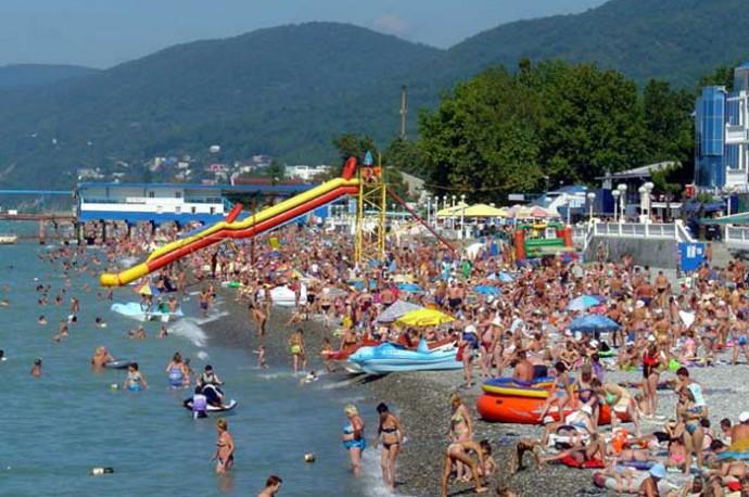 Летом на черноморских пляжах яблоку негде упасть