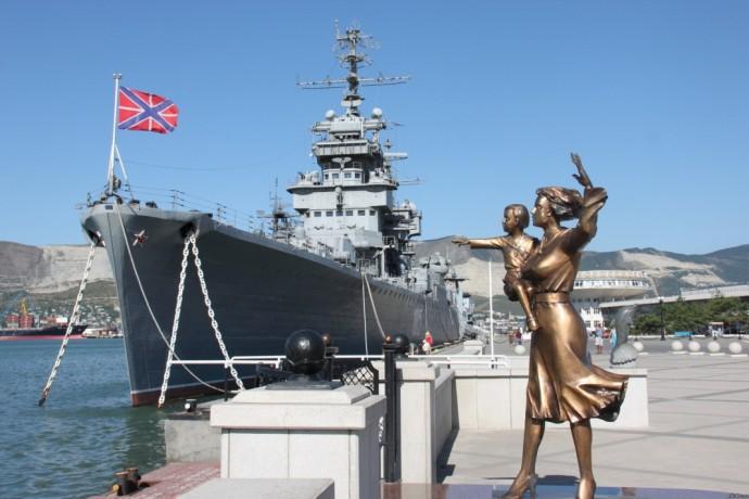 Крейсер-музей «Михаил Кутузов» и памятник жене моряка на набережной Новороссийска