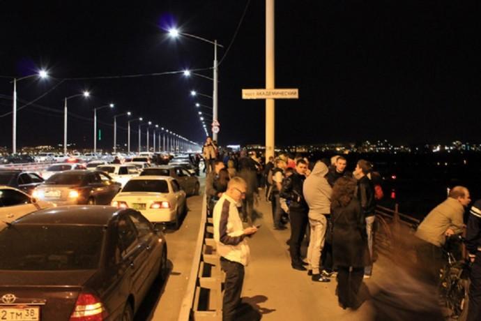 9 мая в Иркутске. Перед салютом на новом мосту всегда образуется пробка