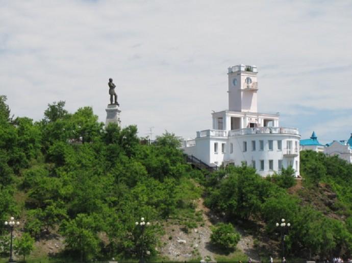 Хабаровск. Вид с р. Амур на Утёс и статую графа Муравьёва-Амурского