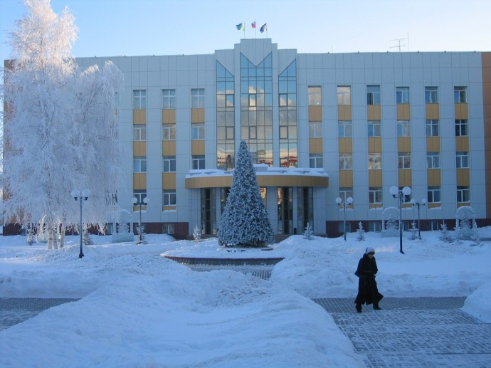 Здание городской администрации зимой