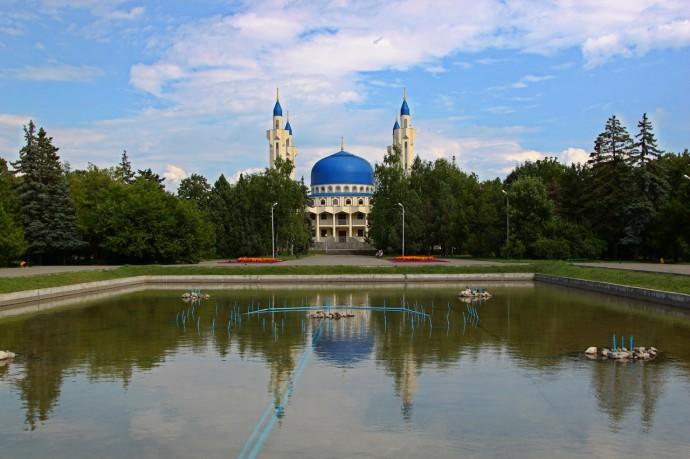 Майкоп. Площадь Дружбы и Соборная Мечеть