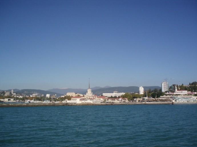Вид с моря на центральный район Сочи, посередине - морской порт