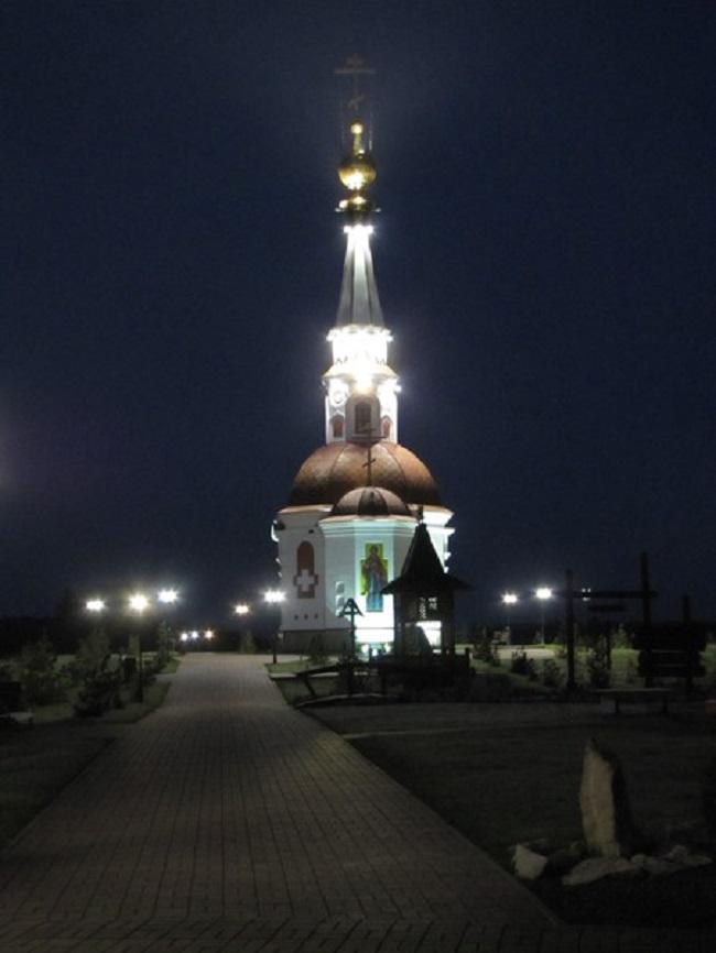Храм Анастасии Узорешительницы в легком тумане (недалеко от Мариинска)
