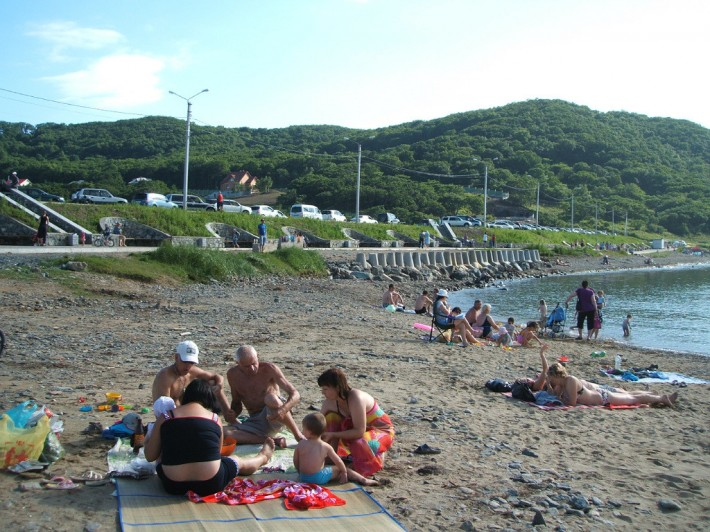 Пляж и морская набережная в районе озера «Рица»