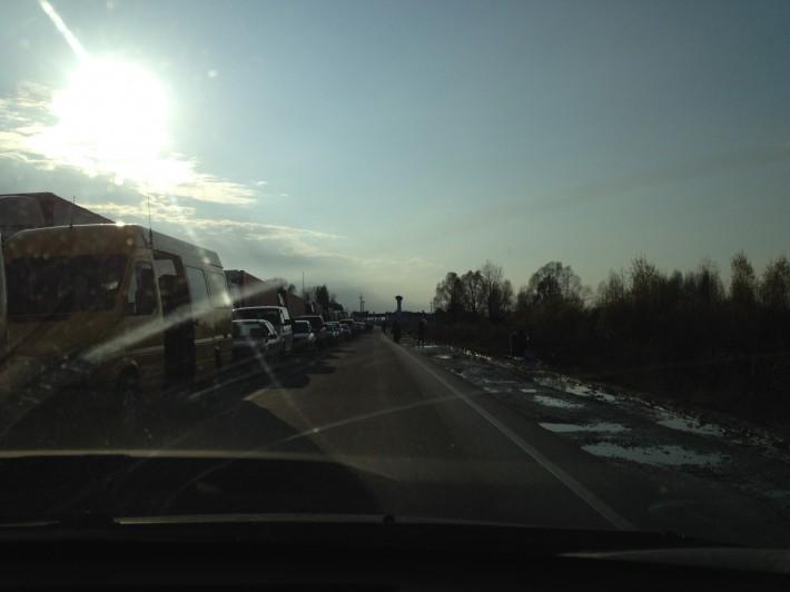 Украина. Очередь машин перед въездом на границу Украины