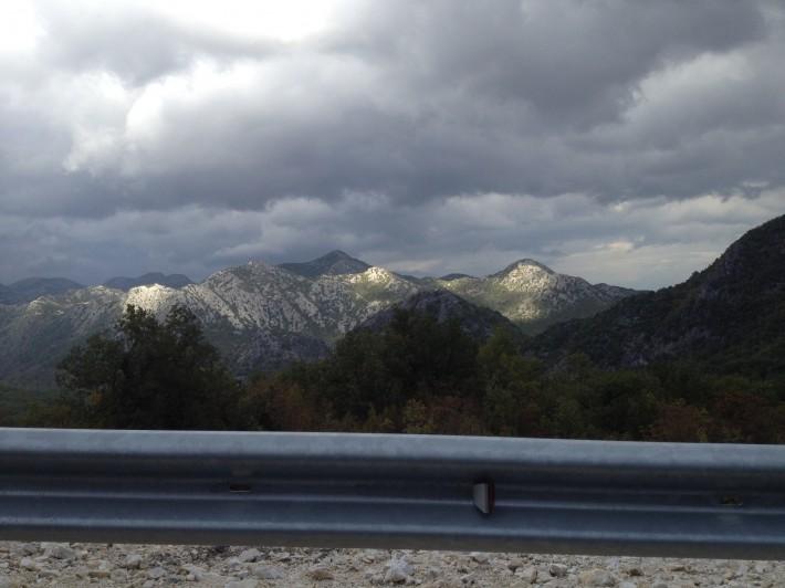 Черногория. Поднимаемся в гору. (на пути из Подгорицы в Тиват)