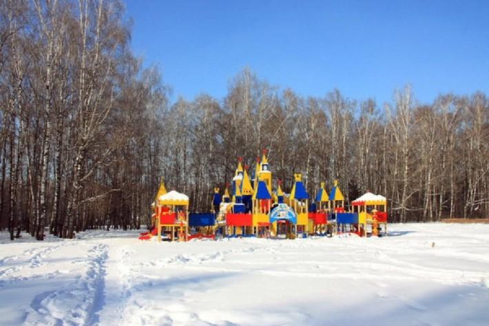 Детская площадка в виде замка в парке