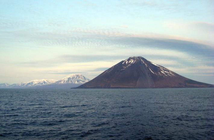 Похожие на гигантские терриконы, вулканы Курильских островов