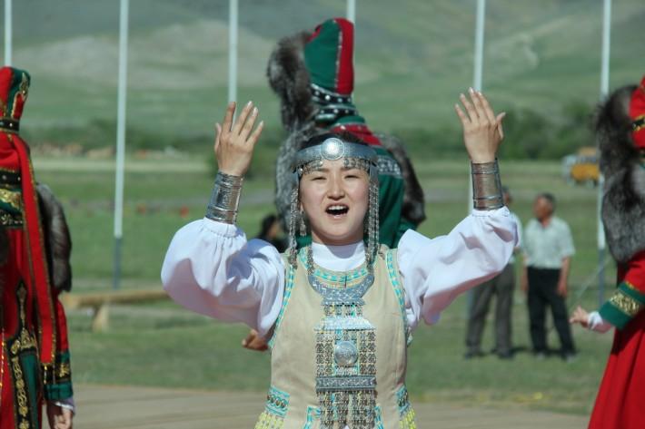 Якутская девушка в национальном костюме