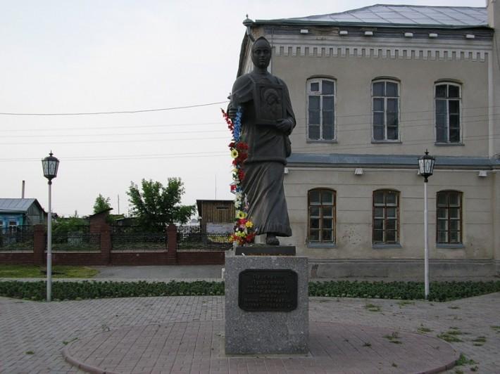 Памятник Прасковье Луполовой на площади возле музея