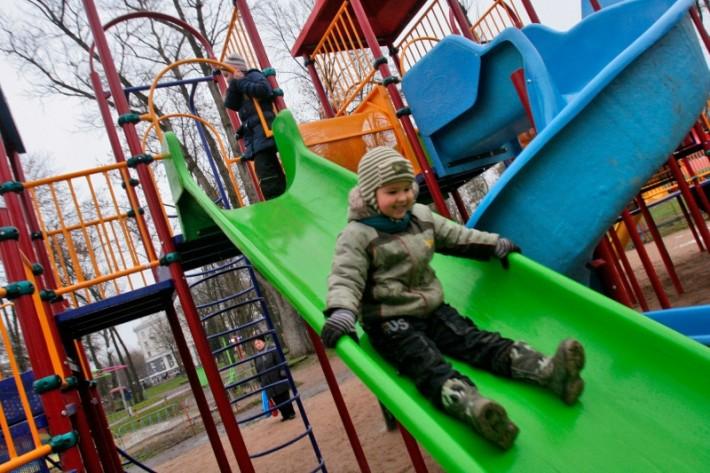Дворы многоквартирных домов оборудованы детскими площадками