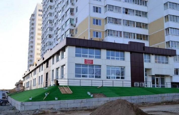Озеленение пластиком по-Новороссийски. Пластиковые пальмы приложатся