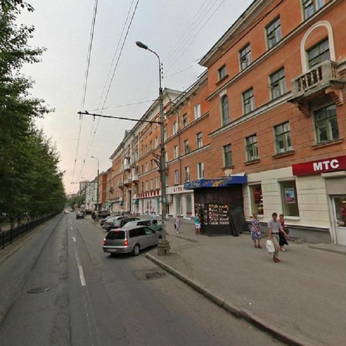 Центральная улица Химмаша — Грибоедова. Район наполовину состоит из таких домов старой постройки
