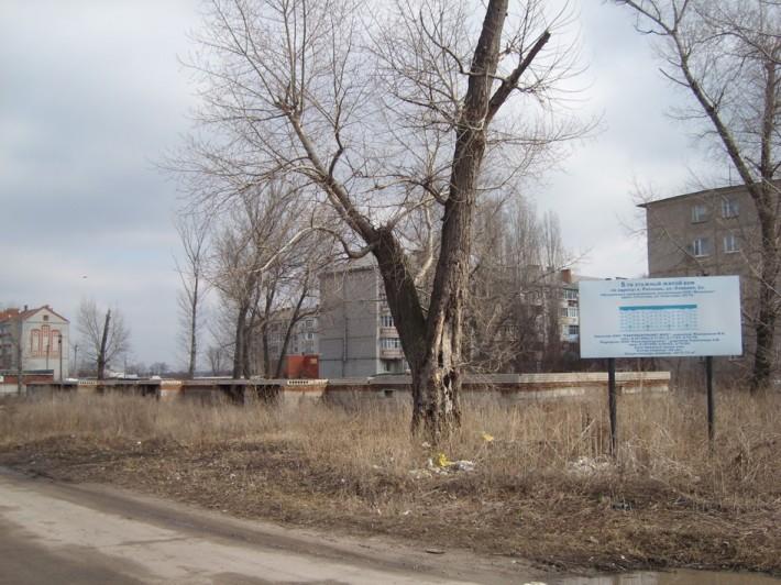 Наш придомовой участок, очень засорённая местность, где можно было бы возвести детскую площадку