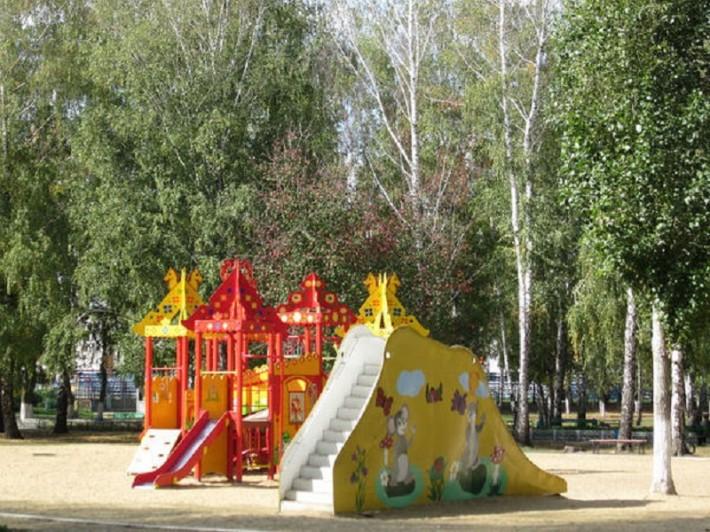 Фрагмент из бесплатного детского парка, там ещё множество всяких качелей, но видно, что всё в отличном состоянии