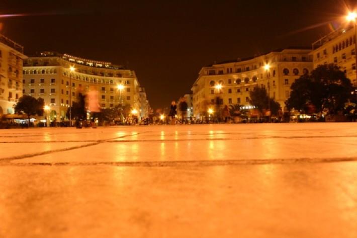 Площадь Аристотеля ночью — оживленное и сияющее место