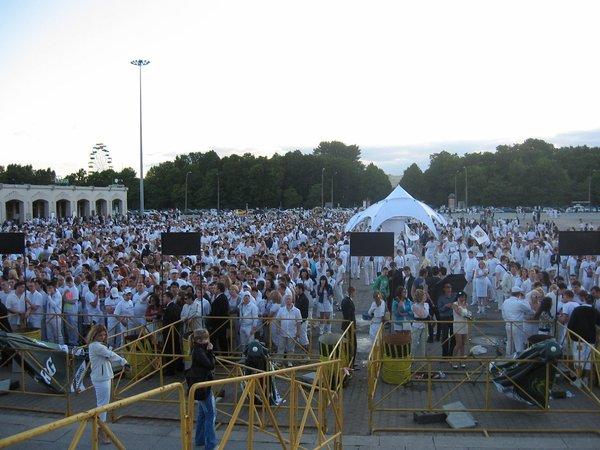 Сбор молодежи перед началом фестиваля Sensation. На это шоу нужно одевать белую одежду, чтобы стать неотъемлемой частью грандиозного представления