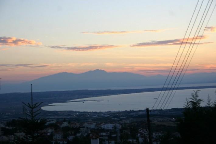 Панорама города на фоне величественного Олимпа