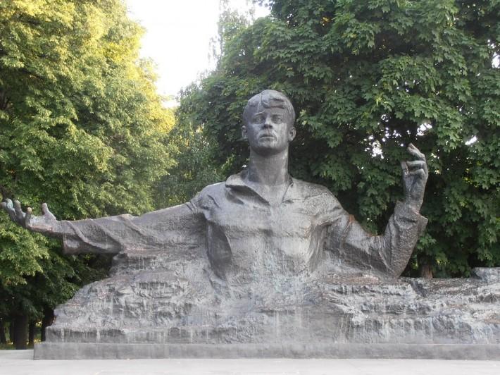 Он будто хочет обнять весь мир. Памятник Сергею Есенину