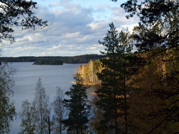 Озеро рядом с городом