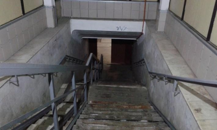 Спуск в подземный переход на станции Нижний Тагил