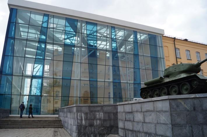 Музей. Передняя часть его заключена в стеклянный куб на металлическом каркасе