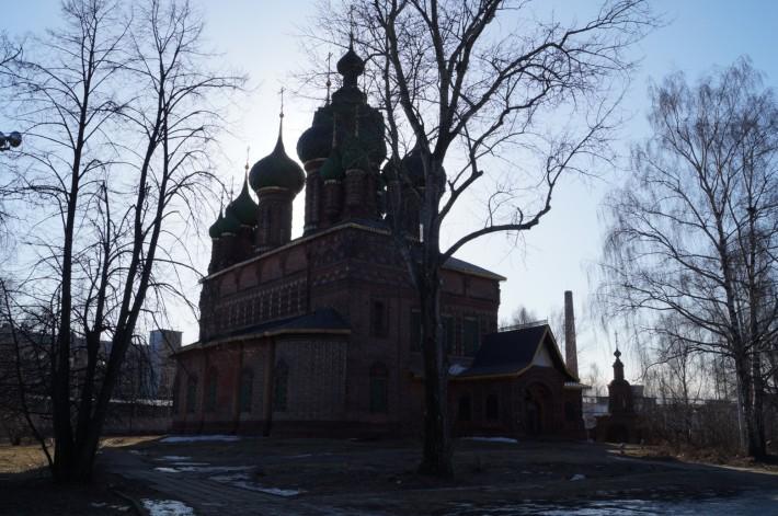 На заднем плане ведущее предприятие лакокрасочной отрасли России – «Русские краски»