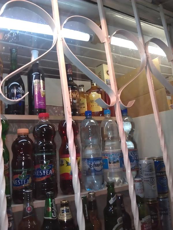 Алкоголь можно приобрести и в обычном ларьке