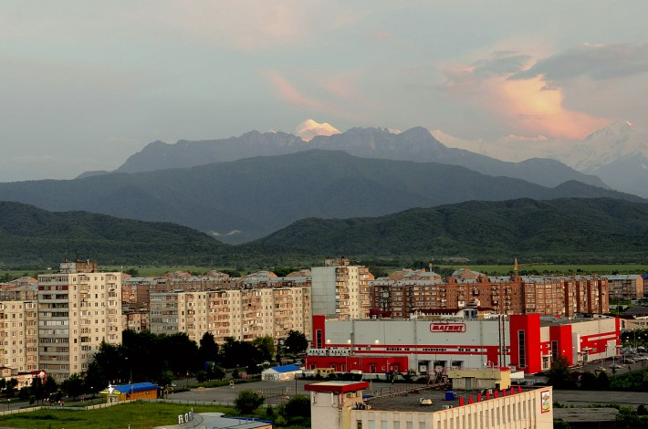 Вечерний Владикавказ на фоне горы Казбек